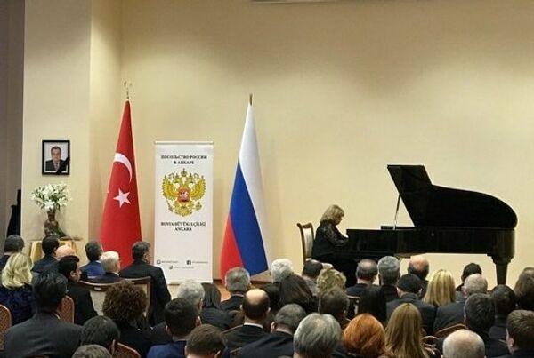Знаменитая турецкая пианистка выступила на церемонии памяти российского посла Карлова