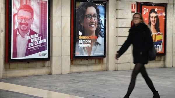 Предвыборная агитация на одной из улиц Барселоны накануне внеочередных выборов 21 декабря в каталонский парламент