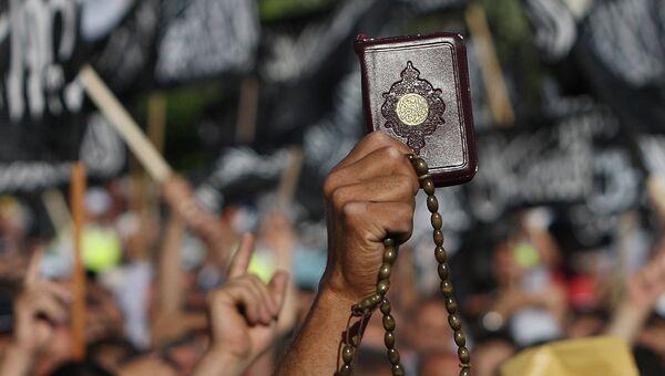 Сторонник Хизб-ут-Тахрир (запрещена в РФ) во время митинга. Архивное фото