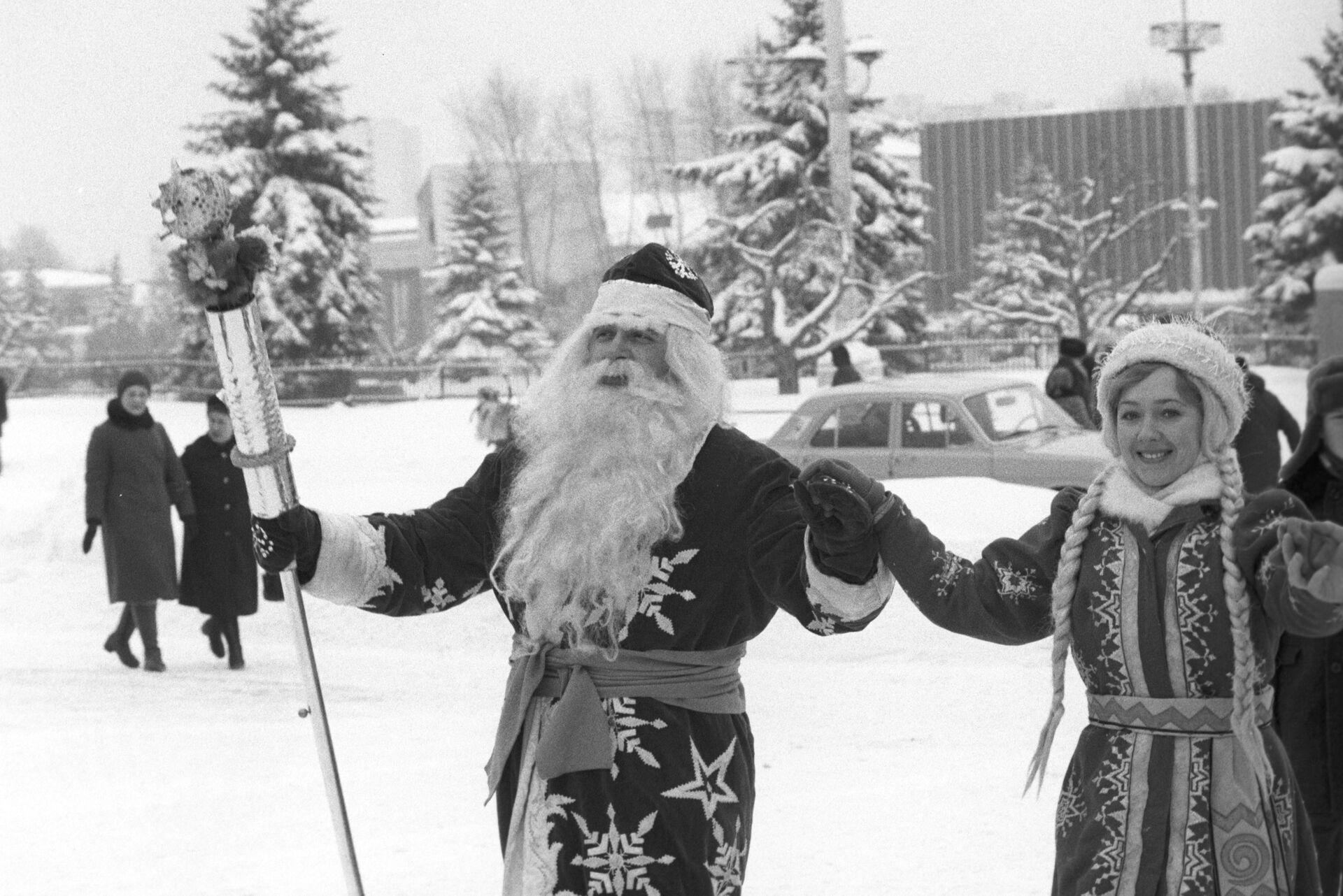 Дед Мороз и Снегурочка на школьном празднике в канун Нового года. 31 декабря 1985 - РИА Новости, 1920, 27.12.2020