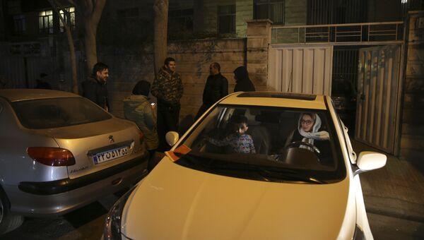 Люди около своих домов во время эвакуации в Тегеране после землетрясения силой 5,2 баллов. 21 декабря 2017