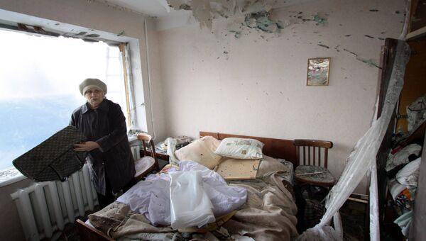 Женщина в комнате жилого дома в городе Ясиноватая, пострадавшего в результате обстрела. 21 декабря 2017