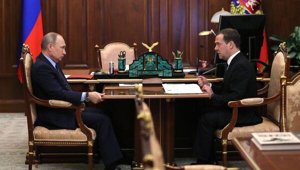 Владимир Путин и Дмитрий Медведев во время встречи. Архивное фото