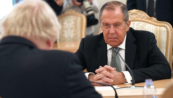 Министр иностранных дел России Сергей Лавров во время встречи с министром иностранных дел Великобритании Борисом Джонсоном