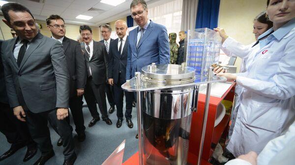Президент Сербии Александр Вучич во время осмотра технологи жидкостного дыхания в рамках встречи с Дмитрием Рогозиным