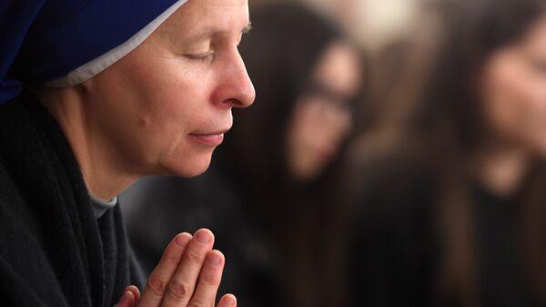 Монахиня во время празднования Рождества в храме Воздвижения Святого Креста в Казани