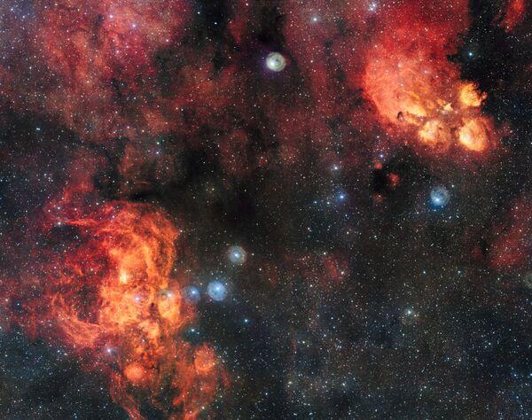Снимок туманностей Кошачья Лапа и Лобстер, сделанный на широкоугольном телескопе, входящем в комплекс VLT