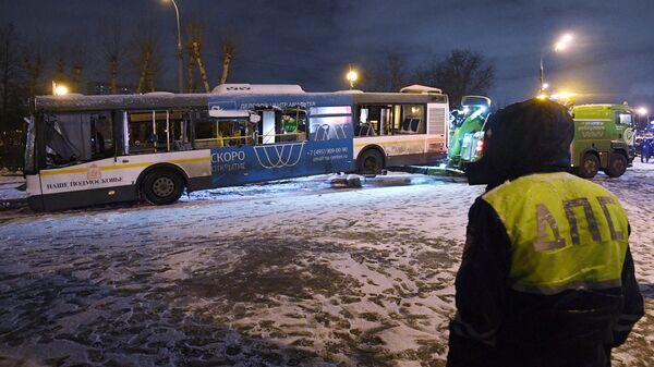 Эвакуация автобуса, въехавшего в подземный переход у станции метро Славянский бульвар. 25 декабря 2017