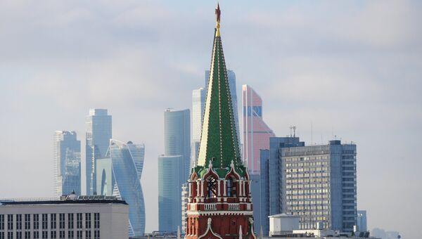 Никольская башня Московского Кремля и небоскребы Москва-сити