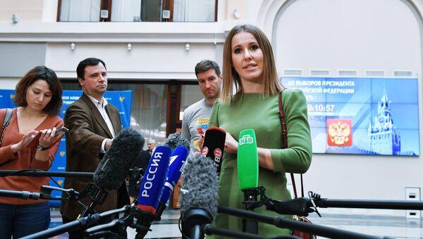 Ксения Собчак отвечает на вопросы журналистов после подачи документов в ЦИК России