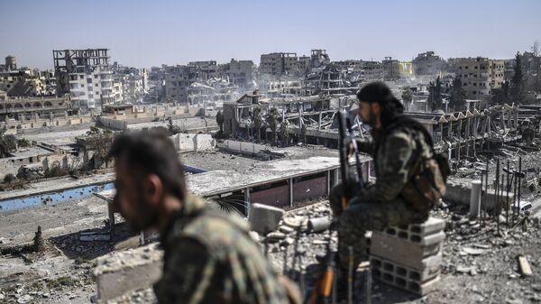 Курдские бойцы Сирийских демократических сил в Ракке, Сирия. Архивное фото