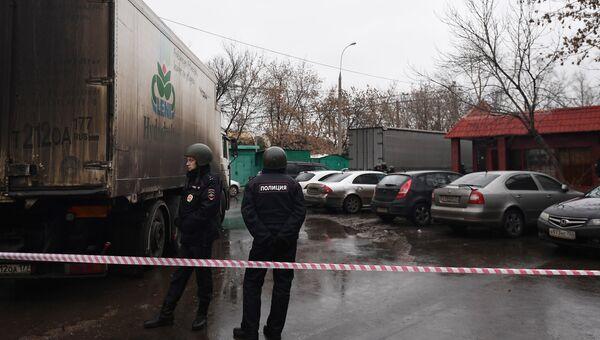 Работа оперативных служб на месте стрельбы на фабрике Меньшевик