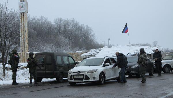 Обмен военнопленными между ДНР и Украиной в Донецкой областиАвтомобили на блок-посту на окраине Горловки Донецкой области, где произойдет обмен военнопленными между ДНР и Украиной