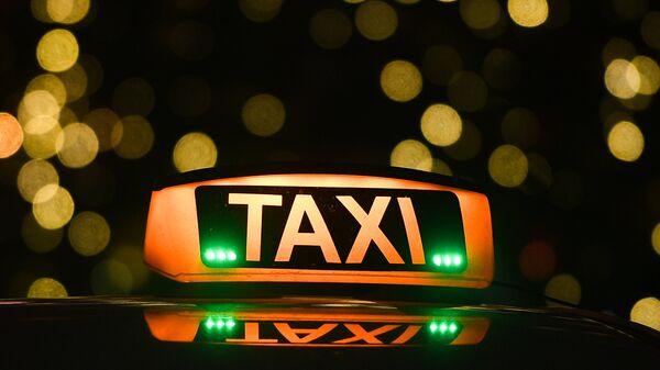 Знак такси на автомобиле на Никольской улице в Москве
