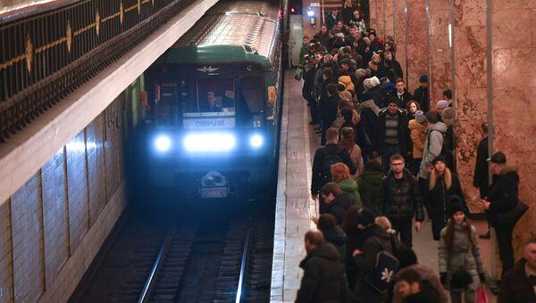 Пассажиры на станции Комсомольская московского метро. Архивное фото.