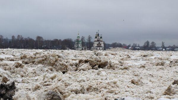 Ледяные торосы на набережной реки Сухоны в Великом Устюге