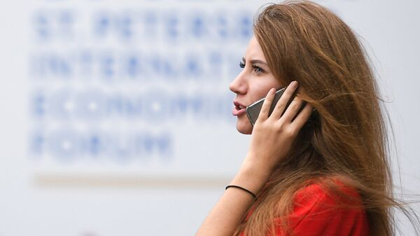 Девушка разговаривает по мобильному телефону. Архивное фото
