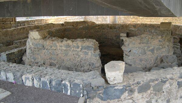 Развалины восьмиугольной византийской церкви на месте дома апостола Петра в Капернауме, Израиль
