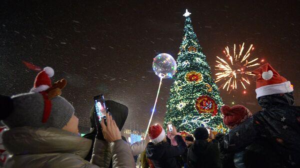 Праздничный салют во время празднования Нового года во Владивостоке. 31 декабря 2017