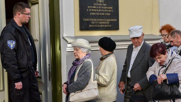 Избиратели у входа в консульский отдел посольства России в Таллине. Архивное фото