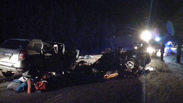 Кадры с места ДТП на трассе в Югре, где погибли 10 человек