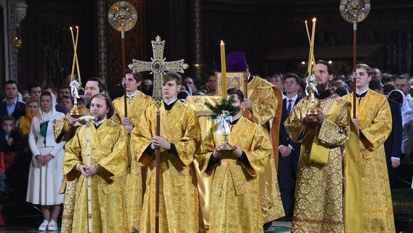 Священнослужители на Рождественском богослужении в храме Христа Спасителя в Москве