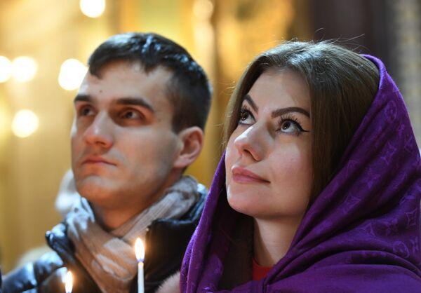 Верующие в храме Христа Спасителя в Москве перед Рождественским богослужением