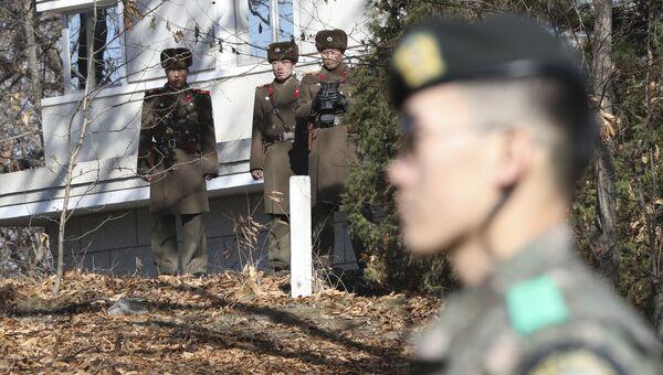Военнослужащие КНДР и Южной Кореи. Архивное фото