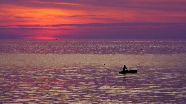 Рыбак в лодке в Андаманском море у побережья Таиланда