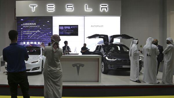 Стенд Tesla на автосалоне в Дубае