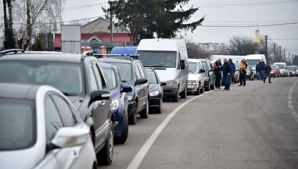 Автомобили на границе между Украиной и Польшей во время акции протеста против ужесточения таможенного контроля. Архивное фото