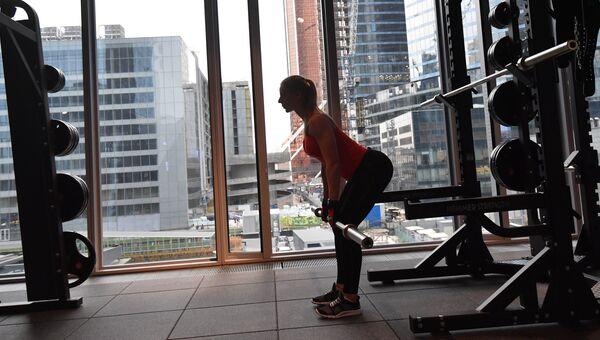 Девушка занимается в фитнес-клубе. Архивное фото