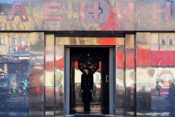 Почетный караул у входа в Мавзолей Ленина в Москве