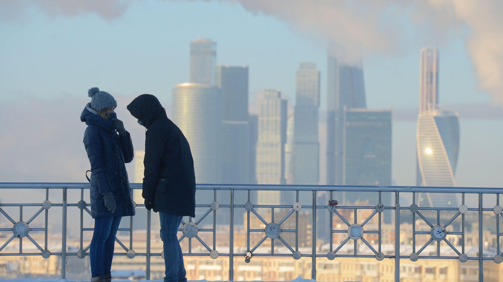 Молодые люди на смотровой площадке РАН в Москве - РИА Новости, 1920, 05.03.2021