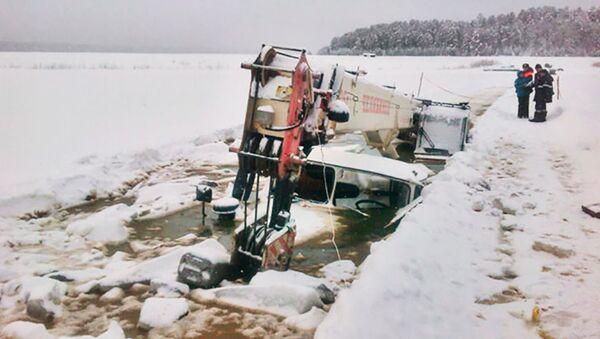 Бензовоз и кран провалились под лед в Иркутской области. 12 января 2018