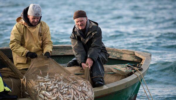 Рыбаки во время прибрежного лова черноморской рыбы в Севастополе