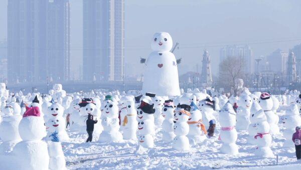Более двух тысяч снеговиков слепили в парке Харбина  в честь Нового года