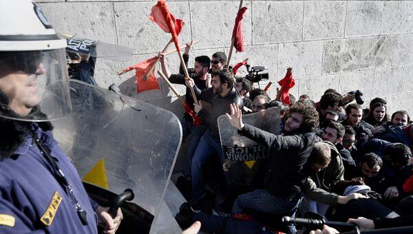 Греческая полиция и демонстранты. Архивное фото