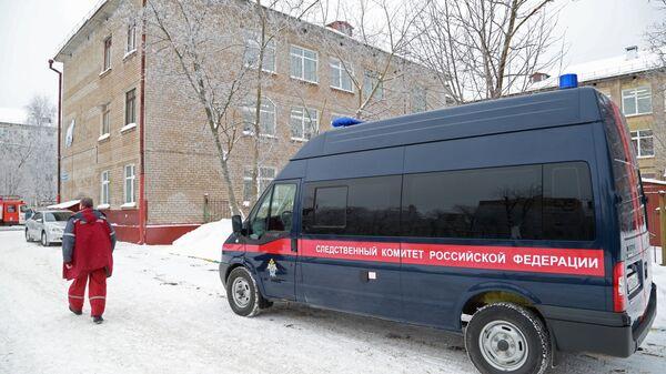 Автомобиль следственного комитета у школы № 127 в Перми. 15 января 2018