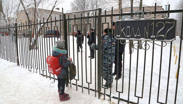 Вход на территорию школы № 127 в Перми. 15 января 2018