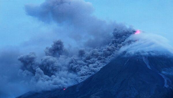 Выброс столба пепла вулканом. Архивное фото