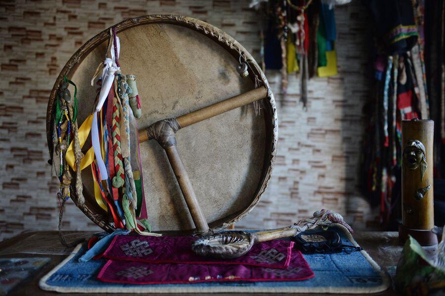 Шаманский бубен и колотушка. Бубен изготовлен из кожи горного козла. Бубен является важным шаманским атрибутом, считается, что именно он помогает шаману перенестись в мир духов и обратно. Бубен символизирует женское начало, а колотушка – мужское
