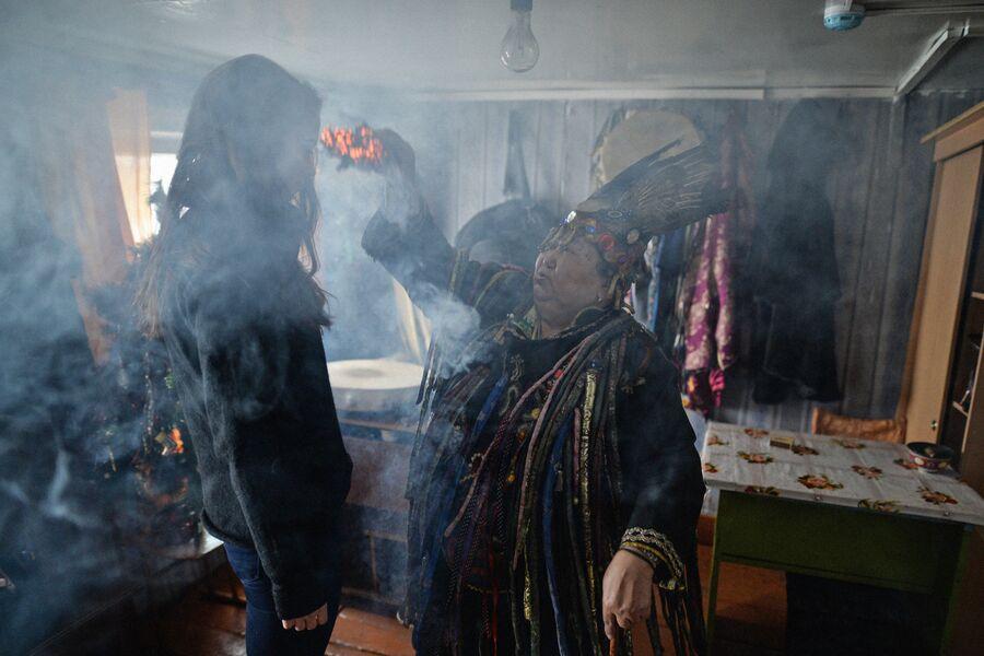 Шаманка Анисья Монгуш проводит обряд с посетителем в доме шаманского общества Дунгур в Кызыле
