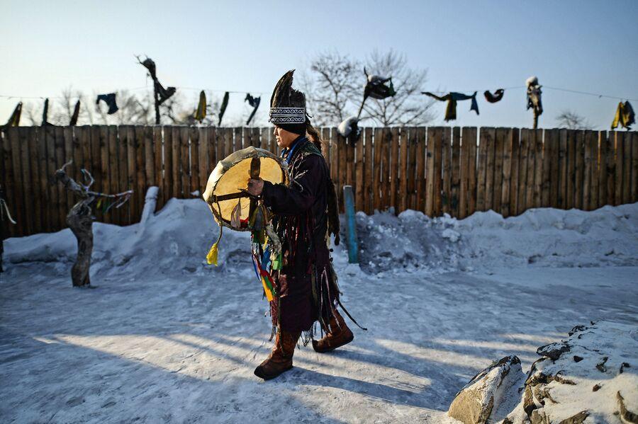Шаман общества Адыг-Ээрен (Дух медведя) во время обряда во дворе дома, который занимает шаманское общество в Кызыле