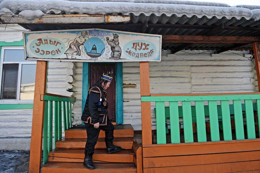 Председатель шаманского общества Адыг-Ээрен (Дух медведя), верховный шаман Республики Тыва Кара-оола Тюлюшевич Допчун-оол на крыльце дома, который занимает шаманское общество в Кызыле