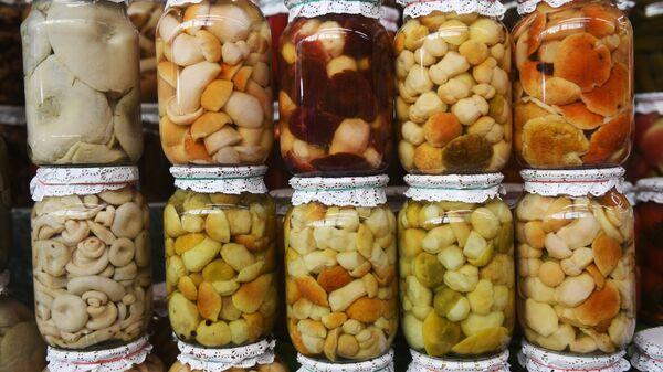 Прилавок с маринованными грибами на Дорогомиловском рынке в Москве