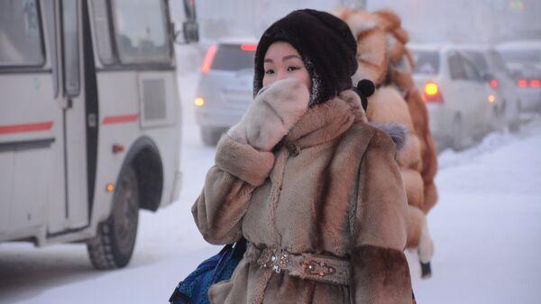Девушка на остановке в городе Якутск