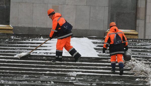 Сотрудники коммунальных служб Москвы во время ликвидации последствий сильного снегопада