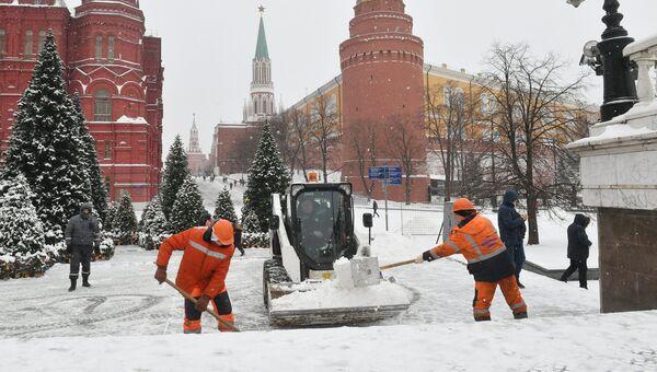 Сотрудники коммунальных служб Москвы ликвидируют последствия сильного снегопада на Манежной площади