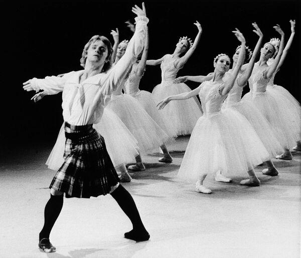 Михаил Барышников в сцене из балета Сильфида, 1974 год.